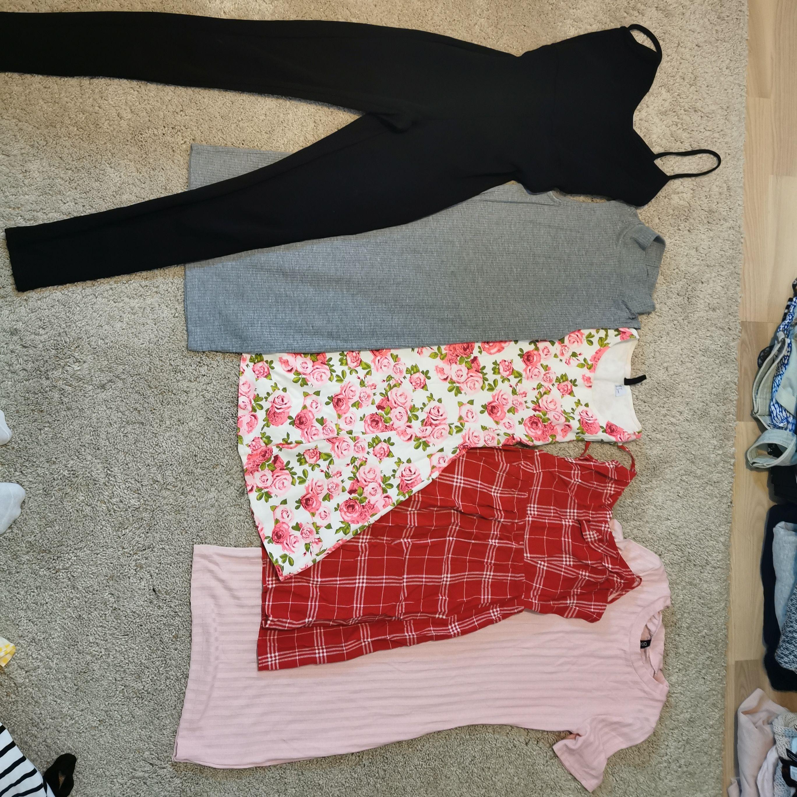 Säljer mina kläder för 10 kr st, men går såklart att köpa i paketpris, allt är i fint skick, passar bara inte mig/min stil längre :)  Sålda: Gul klänning, röd klänning. Toppar.