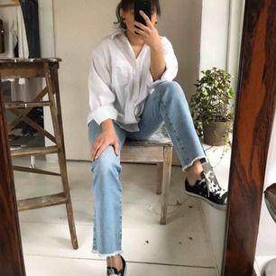 Light washed jeans, raka i modellen med rippade detaljer i anklarna. Bekväma i materialet.  Skick: nyskick, använda ett fåtal gånger.