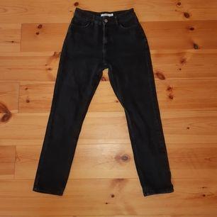 Svarta/svartgråa högmidjade mom-jeans från NA-KD. De sitter superfint men säljer dem då jag har växt ur dem. De är i jeansmaterial, det vill säga inte stretchigt material. Vi kan antingen mötas upp i hbg eller fraktar jag dem.