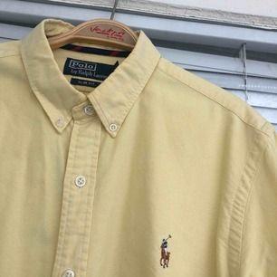 En nästintill oanvänd Ralph Lauren skjorta säljes. Strl: L (slim fit), givetvis äkta.  Vid skickad vara, tillkommer det frakt på 55kr. Bildbevis samt kvitto skickas även. #skjorta #