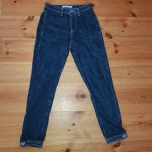 Mörkblå jeans med vita sömmar från NA-KD. De sitter superfint men säljer dem då jag har växt ur dem. De är i jeansmaterial, det vill säga inte stretchigt material. Vi kan antingen mötas upp i hbg eller fraktar jag dem.