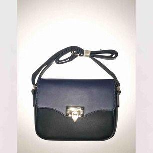 En svart/mörkblå väska som passar perfekt till alla tillfällen! Helt ny och inte använd den är köpt utomlands