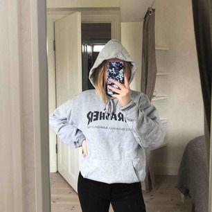 grå thrasher hoodie, nästan aldrig använd, köpare står för frakt :)