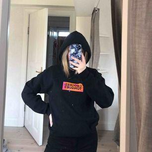 hoodie från crooked tongues med tryck både fram och bak, knappt använd, köpare står för frakt :)