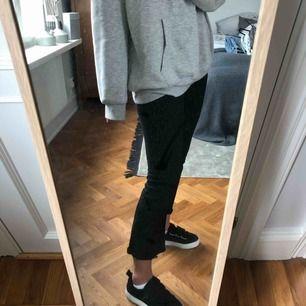 Snygga svarta kickflare jeans. Bra skick. Frakt tillkommer 63kr💖