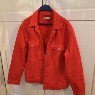 Röd jeans jacka, använd fåtal gånger!