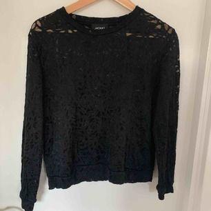 En svart genomskinlig spets tröja från Monki. Använd fåtal gånger. Säljer för 50:-