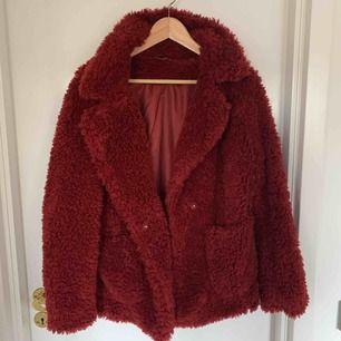 Röd fluff jacka från H&M. Jättefin och varm. Säljer för 100:-