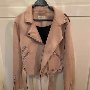 Rosa mocka jacka, fåtal använd, liten i storleken så skulle säga att den passar S-M