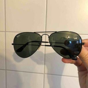 Aviator svarta raybans (inga repor!) säljer då det inte är min stil och har alltför många glasögon till sommaren <3 saknas en plupp på baksidan som dom fixar typ gratis på raybans butiker!