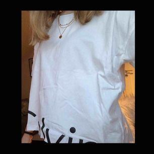 Säljer en vit croppad t-shirt från Calvin Klein💗  Tröjan är köpt i Italien på en Calvin Klein butik. Ursprungspris 400kr💞 Bara använd en gång. Säljer p.g.a att den inte kommer till användning🌸 Kan fraktas och då står köparen för frakt💗