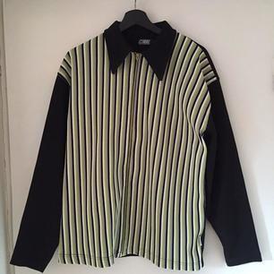 Säljer denna balla och unika skjortan med dragkedja. Den går jättebra att vika in och använda som en jacka eller ha den öppen över en tröja. Ränderna är lila, svart, vit och lila. Baksidan är svårt. Skicket är jättebra! ❤