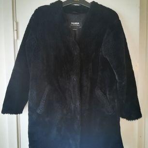 Jättefin svart jacka i pälsimitation storlek M från Pull&Bear.