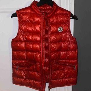 äkta moncler väst i en fin röd färg som inte längre används ❣️ väldigt användbar till våren och sommaren!!!!! bra skick!!! nypris: ca 5000kr
