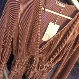 Tröja från Zara i storlek S, aldrig använd därav prislapp på.