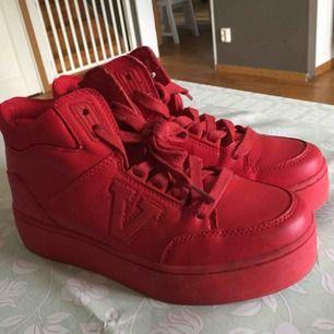 Röda sneakers från skopunkten i stl 38. Använda ett fåtal gånger. Köparen står för frakten, skickar endast och tar bara swish. 💖