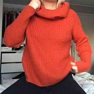 Tro det eller ej, den mysigaste tröjan ni stött på är till salu. Jättefin roströd färg och stor krage. Frakt tillkommer, möts upp i Umeå annars.
