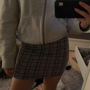 Super fin rutig kjol, super trendig och as snygg. Man får super fin form i den! Aldrig använda! Töjbar! 🙏🙏💜