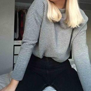 Jättebekväm grå långärmad tröja i lite tjockare material, utstrålar den inte lite business?? Möts upp i Umeå, annars tillkommer frakt.