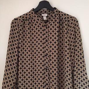 Säljer denna långa blusen med häftigt mönster från H&Ms kollektion med Richard Allan. Den är nyköpt men aldrig kommit till användning. ❤
