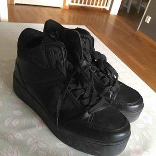 Svarta sneakers från Skopunkten i stl 39. Använda ett fåtal gånger. Jag tar endast swish, skickar endast och köparen står för frakten! 💗