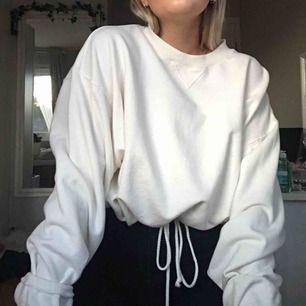 Grymt fin croppad sweater med knyt i midjan för att få definition och en extra liten detalj. Den är allt du letat efter i en tröja. Möts upp i Umeå, annars tillkommer frakt.