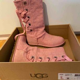 Snygga skor från Ugg perfekta till vår/sommar/tidig höst. Sulan är fodrad annars i övrigt en tunn sko. Köpta för länge sen men aldrig använt då det inte är min stil. 300 eller högsta bud!💕💥⭐️