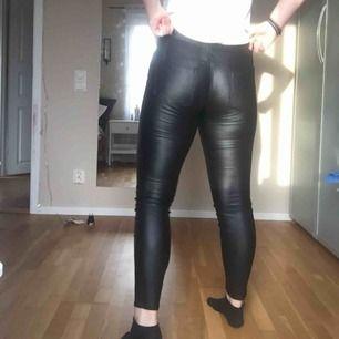 Svarta skinnbyxor från Newyorker. Knappt använda. Jag tar endast swish, skickar endast och köparen står för frakten. 💖