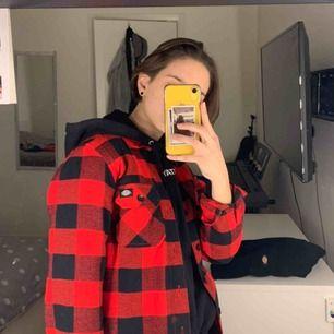 Helt oanvänd skjorta - Storlek XXS men stor i storlek så passar perfekt som S, funkar jättebra med en hoodie under också! frakt 63kr tillkommer! ( nypris 650kr)