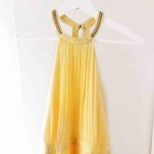 Säljer en gul balklänning. Passade mig som är 164 med 6 cm klackar. Använd en gång under balen 2019. Uppsydd cirka 7 cm hos sömmerska. Köpte för 899 kr Märke: NLYEve Frakt: 50 kr