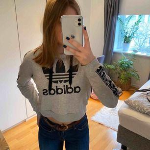 Min före detta favvo hoodie kommer inte längre till användning och säljs därför. Köpt på en Adidas affär i London för ganska länge sen men är i väldigt bra skick!!