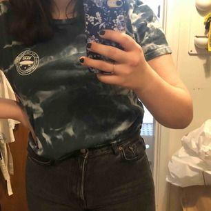 Jättecool tröja från Vans köpt i USA på Pacsun! Storlek L men mer som XL så sitter snyggt oversized! Nypris 270kr
