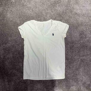 Ralph Lauren t-shirt som jag inte kan se storleken på då det gott bort men skulle säga en XS eller S. Säljer då den är för liten för mig. Den är i fint skick. Kan skicka fler bilder vid intresse. Fraktar men då betalar köparen för det💓💓