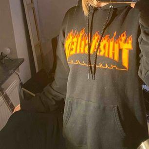 Säljer min svarta thrasher hoodie! Köpte den för ca 1 år sen, säljer pga att jag it använder den längre😊pris kan diskuteras, tvättas innan jag postar den🥰🥰