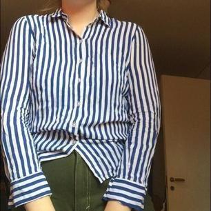 Säljer denna klassiska blårandiga skjortan! Storlek 36 men passar även på mig som är 38/40 🥰