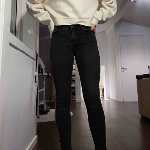 Jättefina byxor från Raglady🤍 byxorna är grå/svarta och har ett rött sträck på sidorna