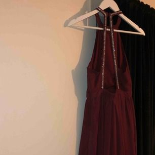 Den perfekta klänningen till bal, bröllop eller andra evenemang. Halterneck och vintöd, nyskick. Går precis ovanför marken på mig om jag bär ett par klackar (är 165 cm lång). Skickar gärna fler bilder🤩✨👼🏼🧚🏼