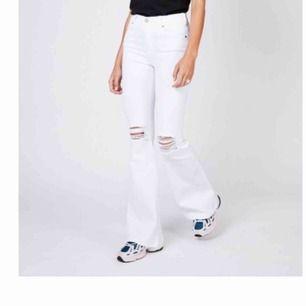 Säljer mina populära Dr Denim jeans eftersom jag inte använder dom längre. Dom är i som nytt skick förutom att det inte är några trådar över hålen på knäna.  Storlek 32 men jag har 36/38 och kan ha dom. Möts i Stockholm annars tillkommer frakt