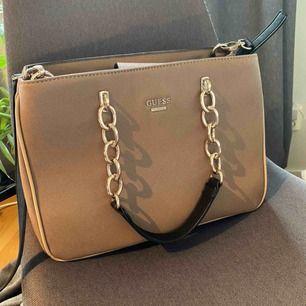 Äkta Guess väska köpt i USA👜. Skit snygg och aldrig använd. Långt band medföljer.  Nypris ca 1400kr men säljer för 450 eller högsta bud!💥💗
