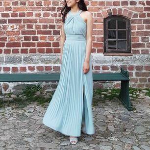 Sjukt fin balklänning från Asos! Endast använd 1 gång. Originalpris är 900 kr men säljer för 350 kr. Jag är 1,64 cm lång och bär storlek XS på klänningen. Den sitter väldigt snyggt på kroppen och ser även väldigt fin ut på bilder.