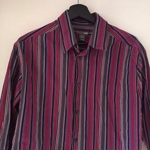 Säljer denna randiga skjortan som är avklippt. Skitsnygg till högmidjade byxor med ett linne under ❤