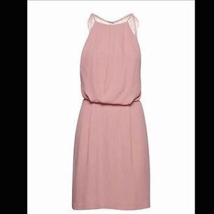 Willow dress rosa endast använd 2 gånger nyskick. Dock finns det defekter på knäppen bakom, men man kan knäppa ändå.