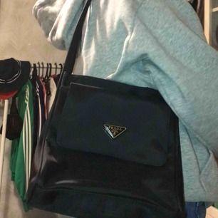 FAKE PRADA BAG! extremt fin väska i jättebra skick. säljer väskan ändas då den inte kommer till användning alls🥵. kontakta mig för mer bilder<3 möts helst upp :))<3