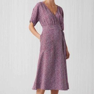 Snygg floral dress från arket. Endast använd 1 gång och är i mycket fint skick. Nypris 899:-