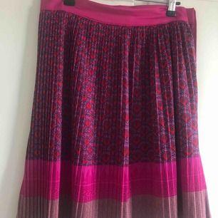 Plisserad kjol från Indiska som går precis över knäna. Storlek 36 Möts helst upp i Centrala Stockholm
