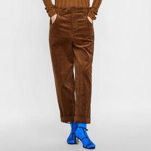 Bruna manchesterbyxor från Zara Woman i stl XS. Uppvikt kant längst ner och hög midja. I fint skick. Frakt 59 kr.