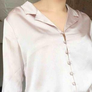 Fin rosa skjorta i ett glansigt material! Från Bik Bok💕😊
