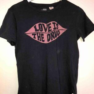 Levis tshirt, aldrig använd! Inga fläckar det är damm i ljuset på bilden , jätteskönt material