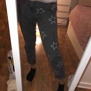 Intressekoll på mina handmålade stjärnjeans!! Jeansen är från pull&bear med målat stjärnor & blixtar på ⭐️⚡️ Skriv för fler bilder🥰