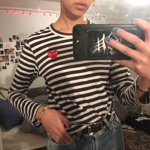 Cdg play långärmad mörkblå randig tröja! Den är i storlek S men skulle säga att den är liten i storleken och uppskattar tröjan istället till xs/xxs. Bra skick men säljer pga att den inte kommer till användning längre :)